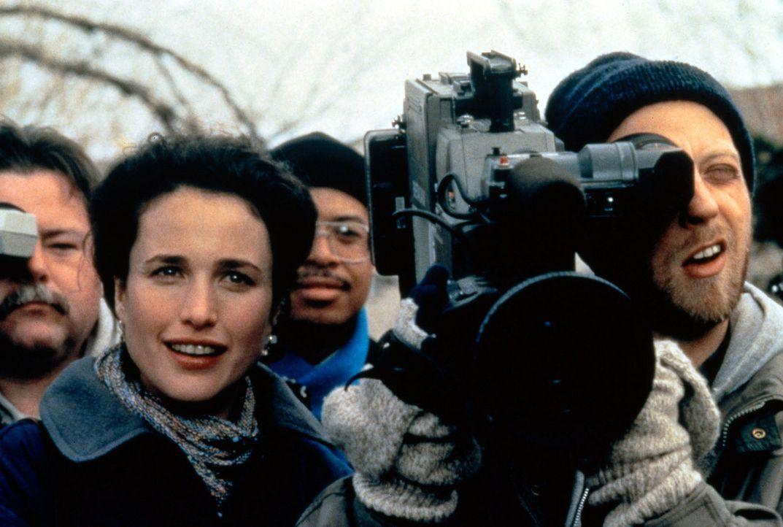 Rita (Andie MacDowell, l.) und Kameramann Larry (Chris Elliott, r.) sind von Phils Auftritt positiv überrascht - sie wissen nicht, dass er den Murm... - Bildquelle: Columbia TriStar