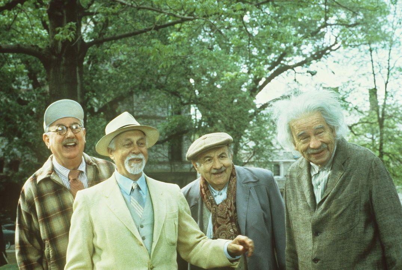 Die vier Ex-Professoren Liebknecht (Joe Maher, l.), Podolsky (Gene Saks, 2.v.l.), Gödel (Lou Jacobi, 2.v.r.) und Einstein (Walter Matthau, r.) habe... - Bildquelle: Paramount Pictures