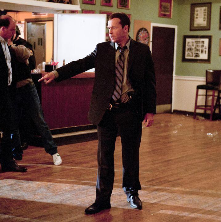 """Danny (Donnie Wahlberg, r.) stürmt zusammen mit der """"Reagan-Spezialeinheit"""" ein geheimes Treffen der blauen Templer ... - Bildquelle: 2010 CBS Broadcasting Inc. All Rights Reserved"""