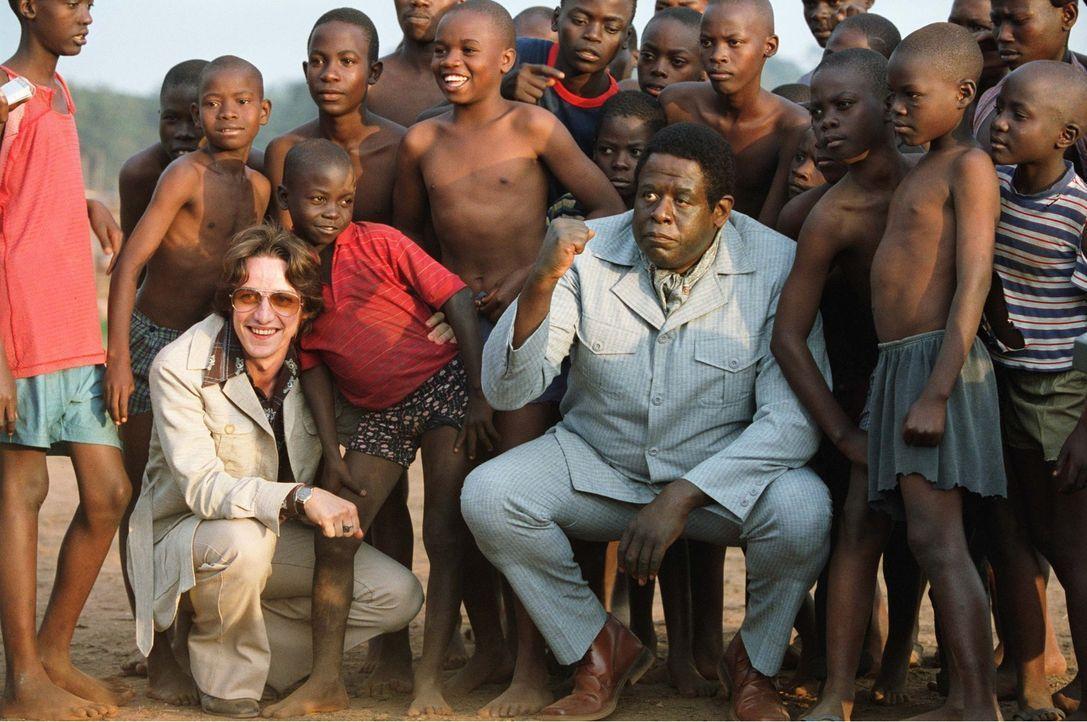 Noch träumt der junge schottische Arzt Nicholas Garrigan (James McAvoy, l.) davon, in Uganda das Gesundheitssystem zu revolutionieren. Doch dann ern... - Bildquelle: 1996-1998 AccuSoft Inc., All rights reserved