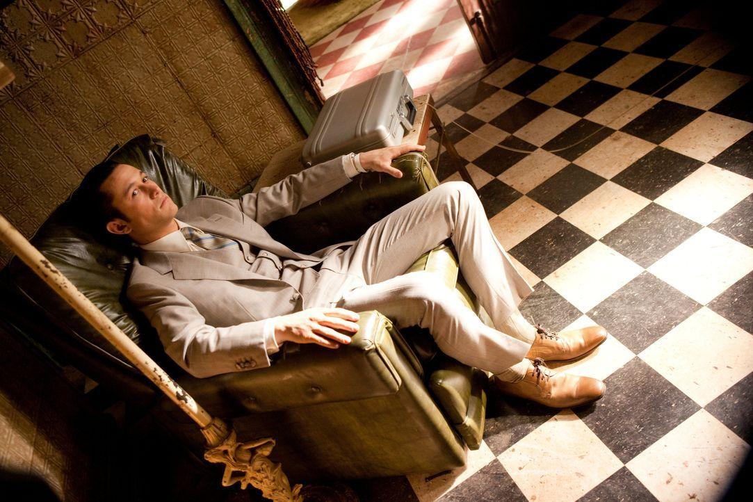 Lässt sich mit einem Expertenteam auf eine gefährliche Mission tief ins Innere des Unterbewusstseins ein: Arthur (Joseph Gordon-Levitt) ... - Bildquelle: 2010 Warner Bros.