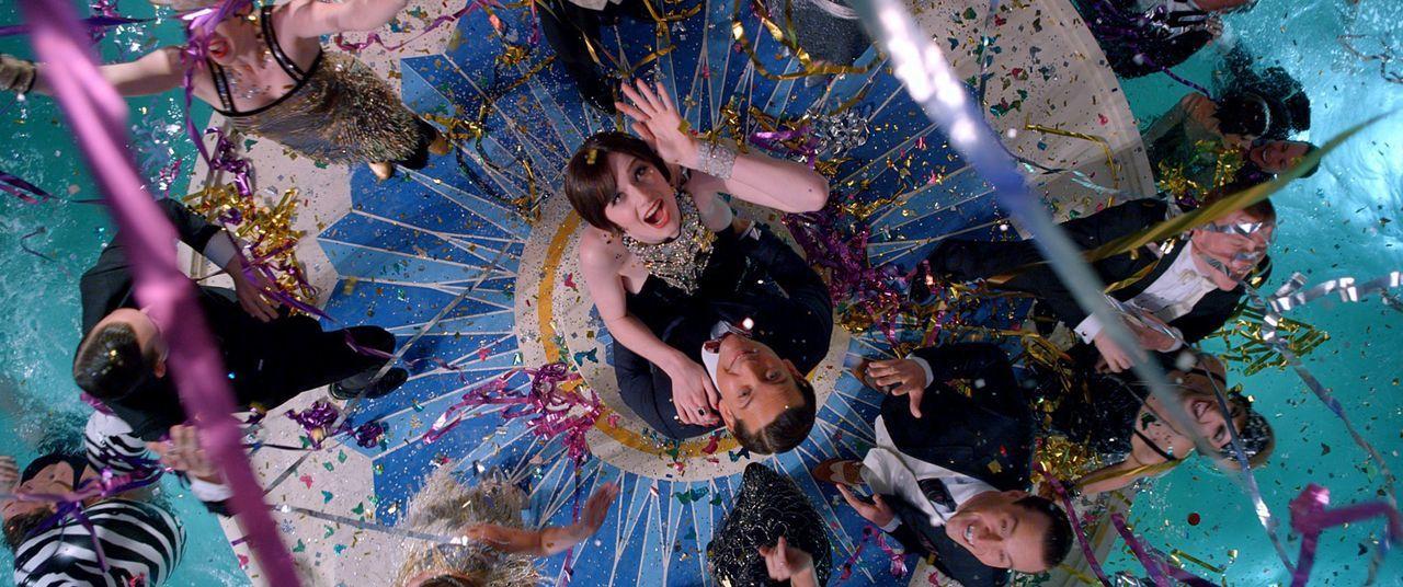Eine Einladung von Jay Gatsby entführt Schriftsteller Nick (Tobey Maguire, r.) und Golferin Jordan (Elizabteh Debicki, l.) in eine Welt voller Dekad... - Bildquelle: 2012 Warner Brothers