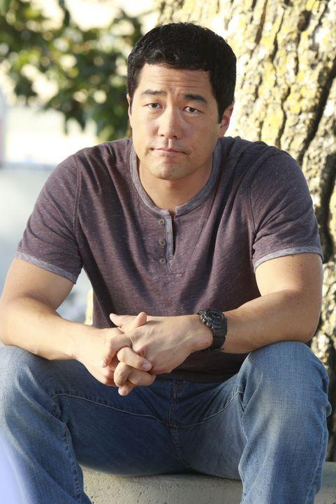 Noch tappen Kimball (Tim Kang) und seine Kollegen im Dunklen ... - Bildquelle: Warner Bros. Television
