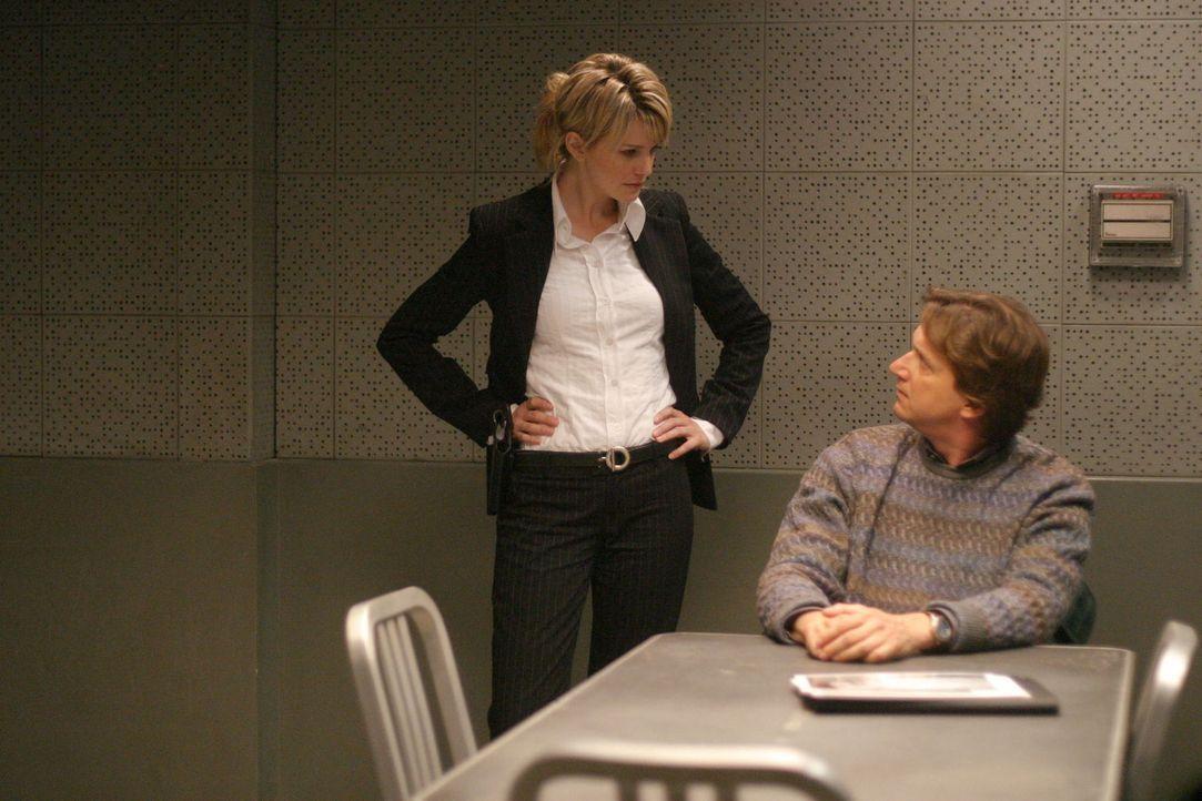 Det. Lilly Rush (Kathryn Morris, l.) ist fest davon überzeugt, dass Freely (Don McManus, r.) etwas mit dem Mord an der kleinen Toya Miles zu tun hat... - Bildquelle: Warner Bros. Television