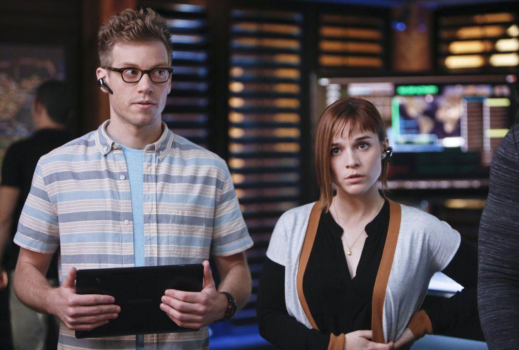 Haben schlechte Nachrichten für das Team: Nell (Renée Felice Smith, r.) und Eric (Barrett Foa, l.) ... - Bildquelle: CBS Studios Inc. All Rights Reserved.