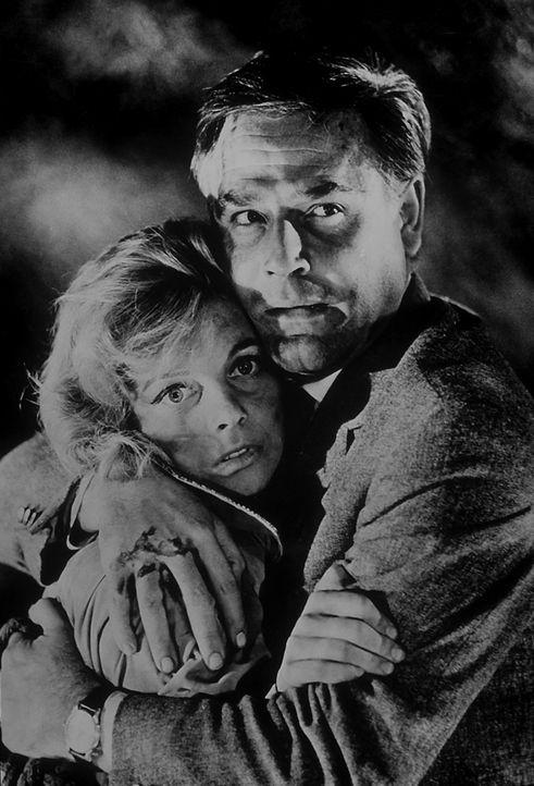 Dick Alford (Joachim Fuchsberger, r.) legt schützend seine Arme um Leslie Gine (Grit Böttcher, l.) ... - Bildquelle: Constantin Film