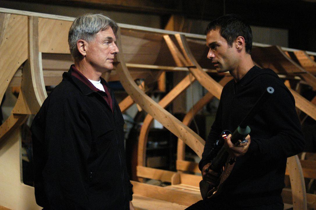 Ari (Rudolf Martin, r.) hat Gibbs (Mark Harmon, l.) auf eine falsche Fährte gelenkt, um mit Zivas Hilfe und gefälschten Papieren untertauchen zu kön... - Bildquelle: TM &   2006 CBS Studios Inc. All Rights Reserved.