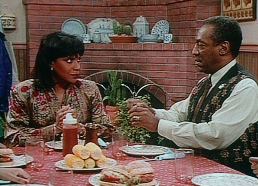 Clair (Phylicia Rashad, l.) und Cliff (Bill Cosby, r.) verabreden, dass sie ihren Kindern beim Abendessen einen lehrsamen Streich spielen wollen. - Bildquelle: Viacom