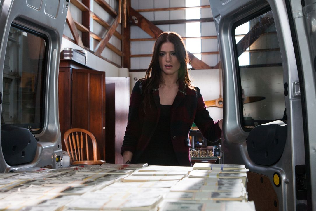 Macht eine überaus interessante Entdeckung; Ames (Janet Montgomery, l.) ... - Bildquelle: 2011  Warner Bros.