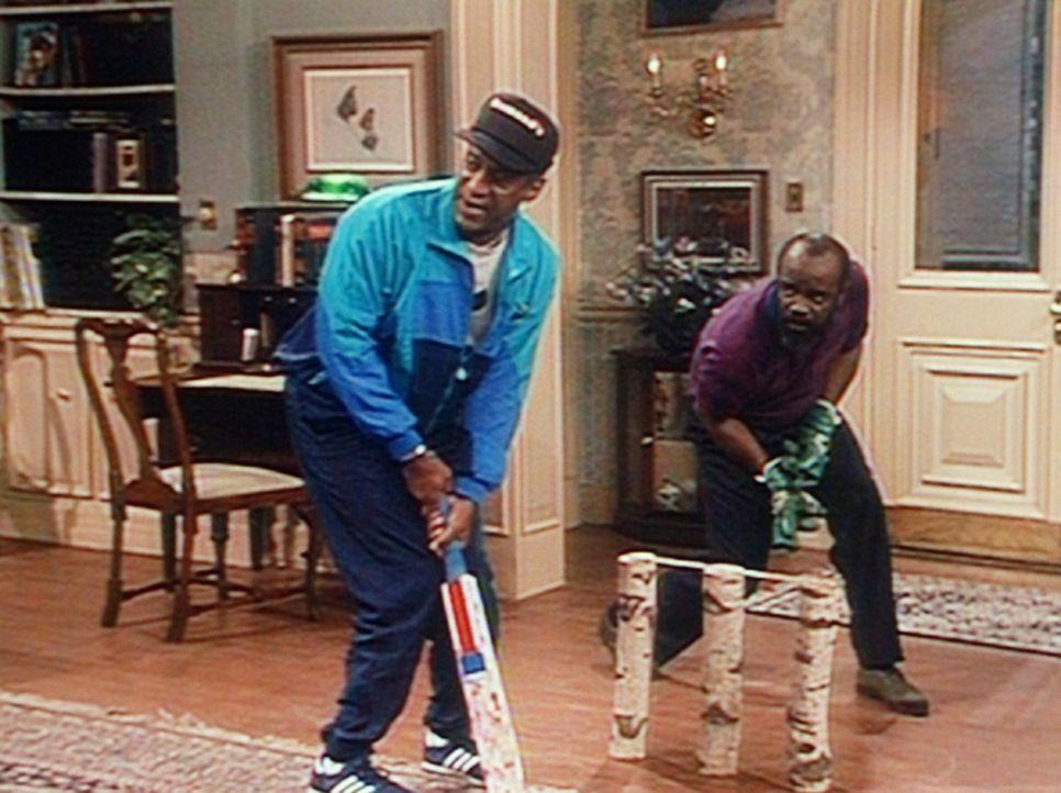 Wohnzimmercricket mit Cliff (Bill Cosby, l.) und seinem Bowlingkumpel Harmon. - Bildquelle: Viacom