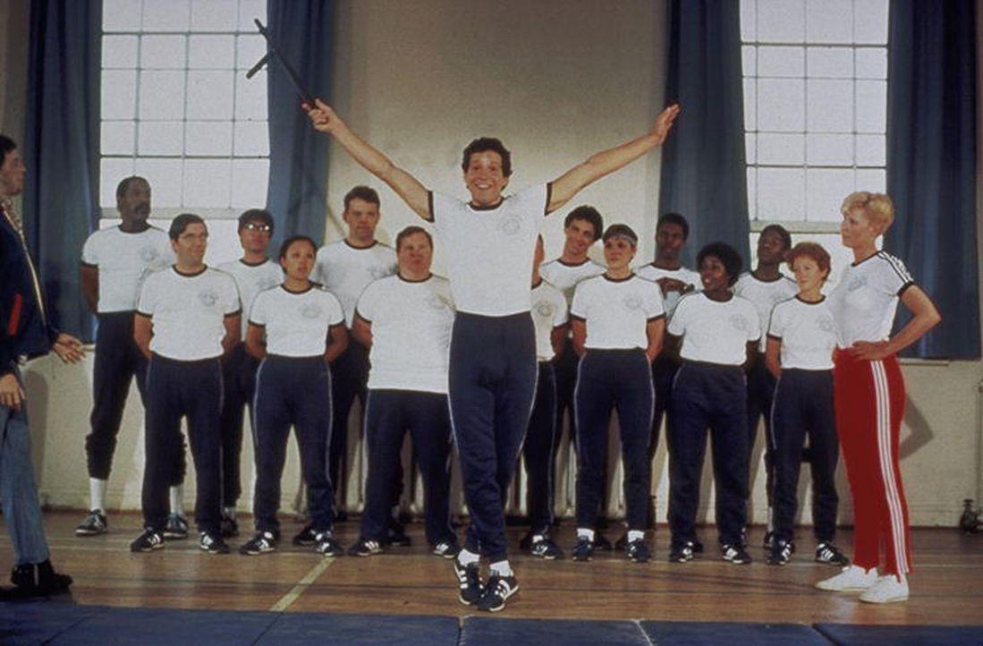 Carey Mahoney (Steve Guttenberg, vorne) schwebt wegen der hübschen Karen Thompson wie auf Wolken ... - Bildquelle: Warner Bros.