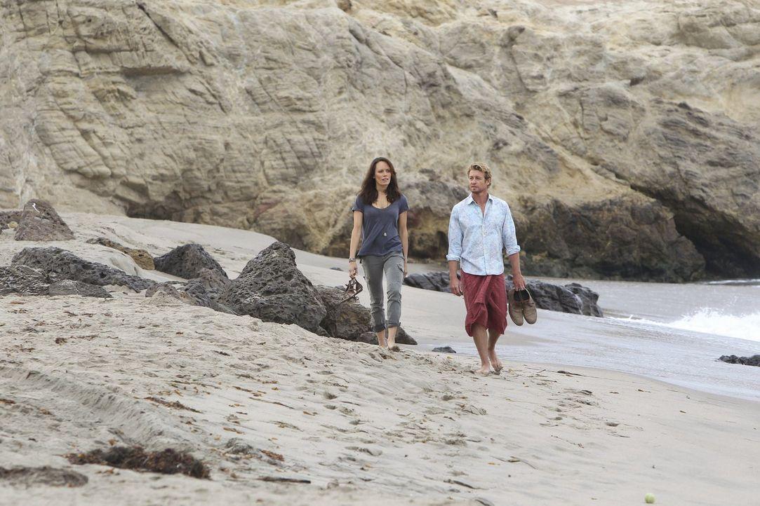 Patrick Jane (Simon Baker, r.) verliebt sich in Südamerika in die attraktive Touristin Kim Fischer (Emily Swallow, l.). Doch meint sie es wirklich e... - Bildquelle: Warner Brothers Entertainment Inc.