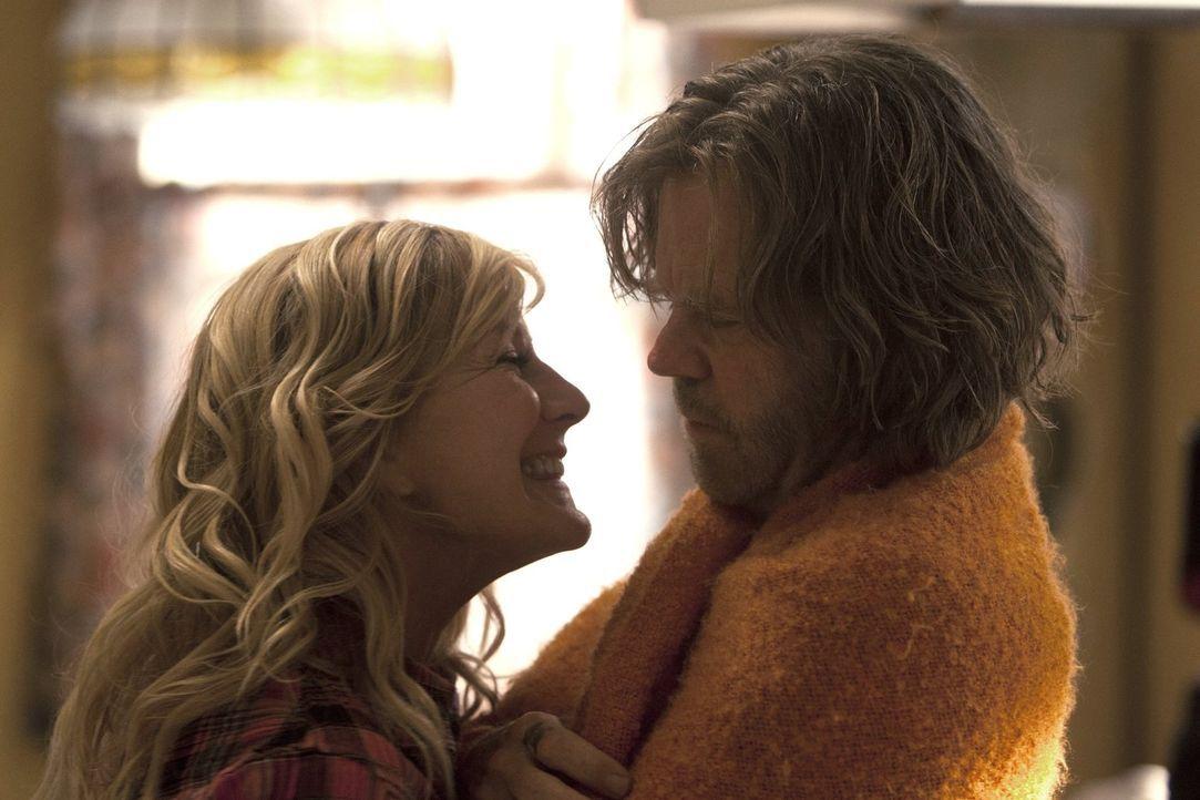 Die Tatsache, dass Monica (Chloe Webb, l.) wieder im Haus wohnt, stresst Frank (William H. Macy, r.) zutiefst. Doch Fiona ist glücklich über die Hau... - Bildquelle: 2010 Warner Brothers