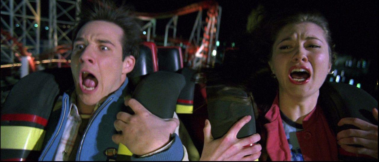 Mitten auf dem Rummelplatz überkommt Wendy (Mary Elizabeth Winstead, r.) die Vision, dass Kevin (Ryan Merriman, l.) und ihre anderen Freunde während... - Bildquelle: 2005   Warner Brothers