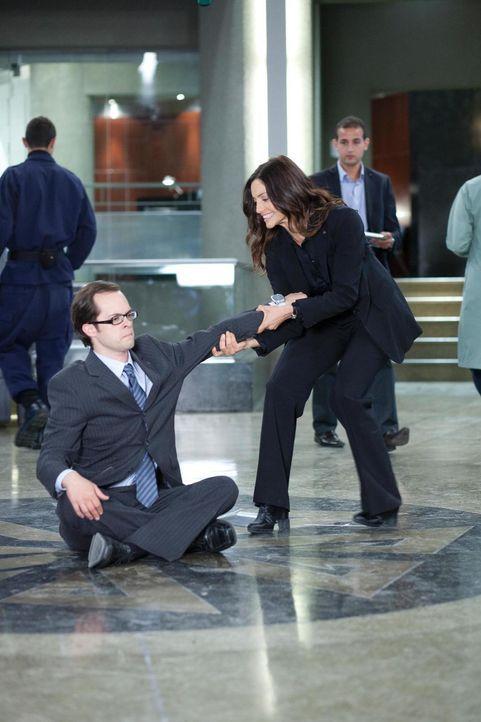 Jo (Erica Cerra, r.) versucht Fargo (Neil Grayston, l.) von seinem Vorhaben, einen Sitzstreik zu veranstalten, abzuhalten, doch das ist leichter ges... - Bildquelle: Universal Television