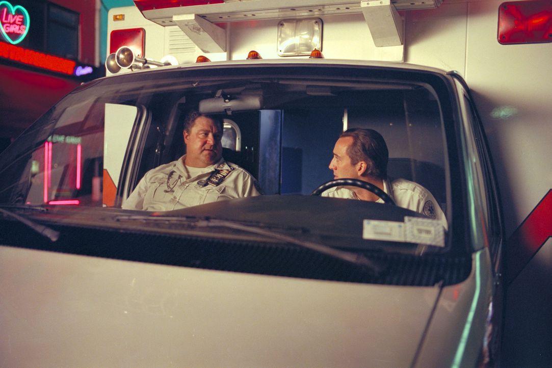 Die Arbeit als Sanitäter bei der Ambulanz in New York verlangt von Frank Pierce (Nicolas Cage, r.) und seinem Kollegen Larry (John Goodman, l.) eini... - Bildquelle: Paramount Pictures and Touchstone Pictures
