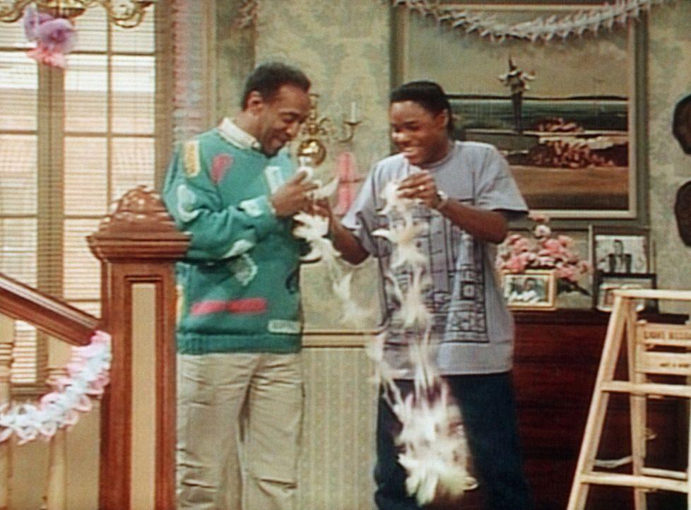 Cliff (Bill Cosby, l.) und Theo (Malcolm-Jamal Warner, r.) dekorieren das Wohnzimmer für eine Party, auf die sie dann aber gar nicht gehen dürfen. - Bildquelle: Viacom