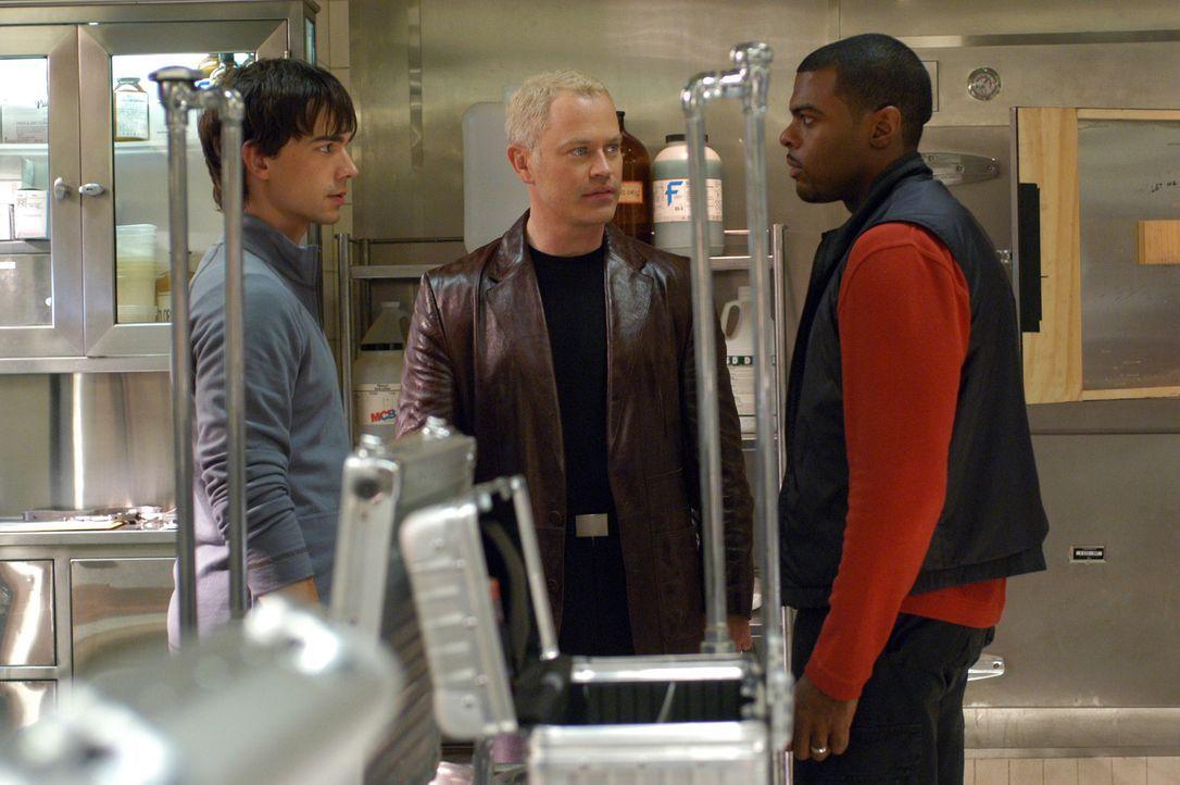 Miles McCabe (Christopher Gorham, l.), Stephen Connor (Neal McDonough, M.) und Frank Powell (Troy Winbush, r.) kommen der rätselhaften Krankheit au... - Bildquelle: CBS Television