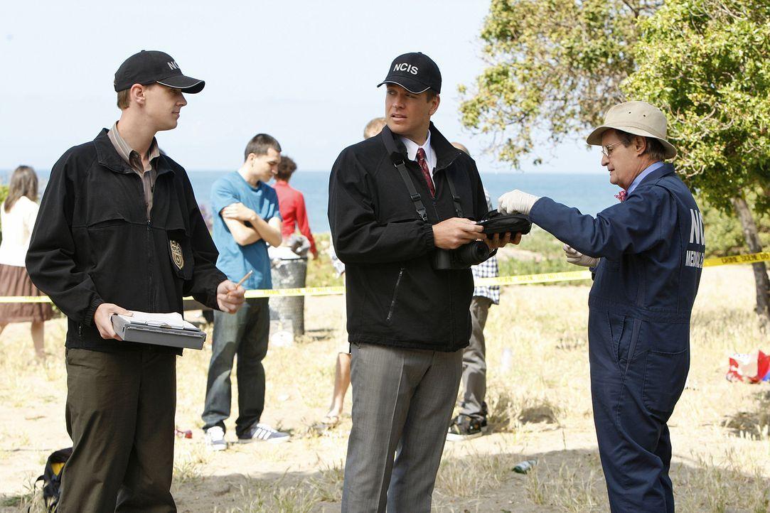 Nachdem Special Agent Lara Macy tot aufgefunden wurde, beginnen für McGee (Sean Murray, l.), DiNozzo (Michael Weatherly, M.) und Ducky (David McCall... - Bildquelle: CBS Television