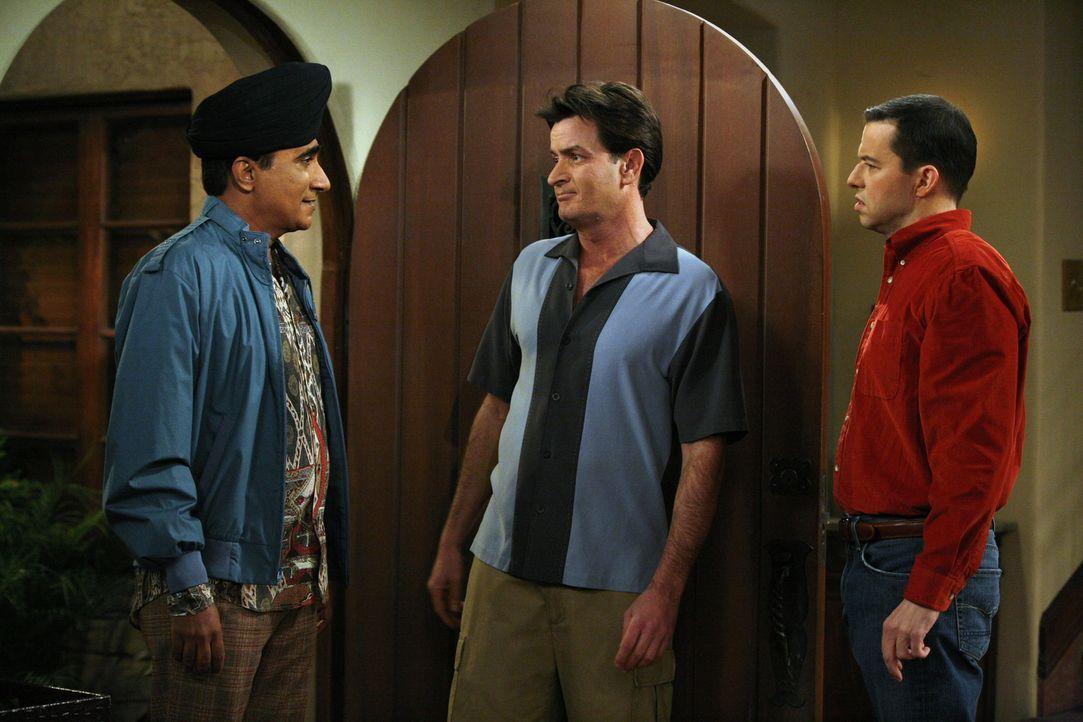 Männergespräche: Don (Iqbal Theba, l.), Charlie (Charlie Sheen, M.) und Alan (Jon Cryer, r.) - Bildquelle: Warner Brothers Entertainment Inc.