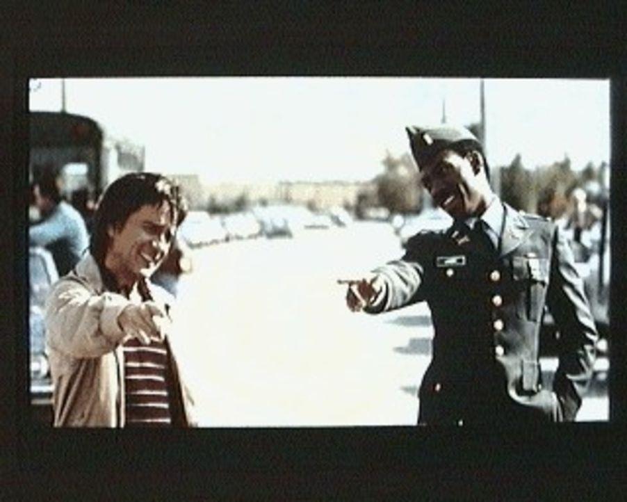 Bevor  der Elektronik-Ingenieur Wylie Cooper (Dudley Moore. l.) und Leutnant Landry (Eddie Murphy, r.) miteinander lachen können, geschehen eine Rei... - Bildquelle: Paramount Pictures