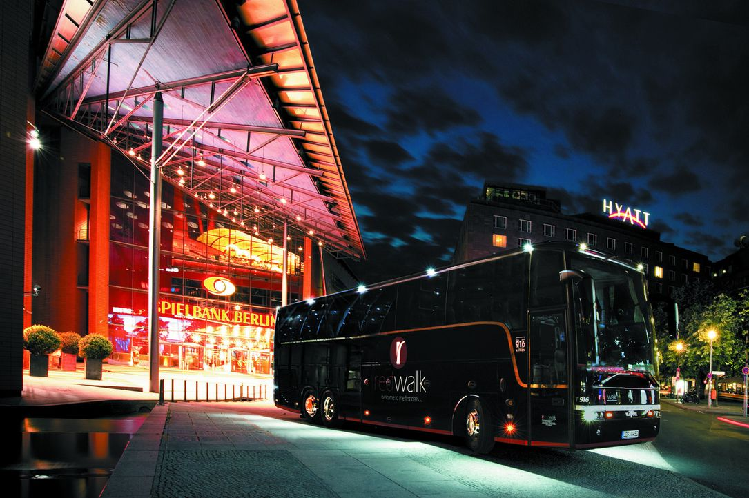 """Exklusives Design - und ein absolut einzigartiges Fahrgefühl: der """"Redwalk"""" ist ein 5 Sterne-Luxusbus der Superlative! - Bildquelle: kabel eins"""
