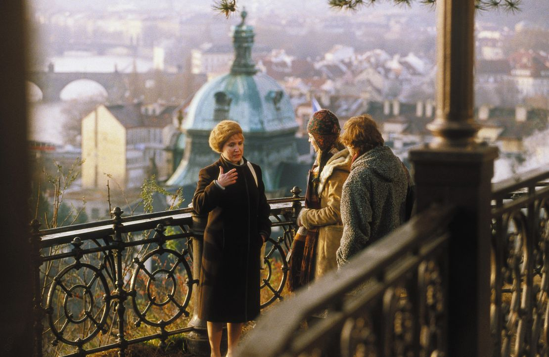 Nach und nach können Lenny (Oliver Korittke, r.) und Helena (Lucie Zednicková-Pokorná, M.) eine Vertrauensperson aus Evas Leben ausfindig machen:... - Bildquelle: Jiri Hanzl ProSieben