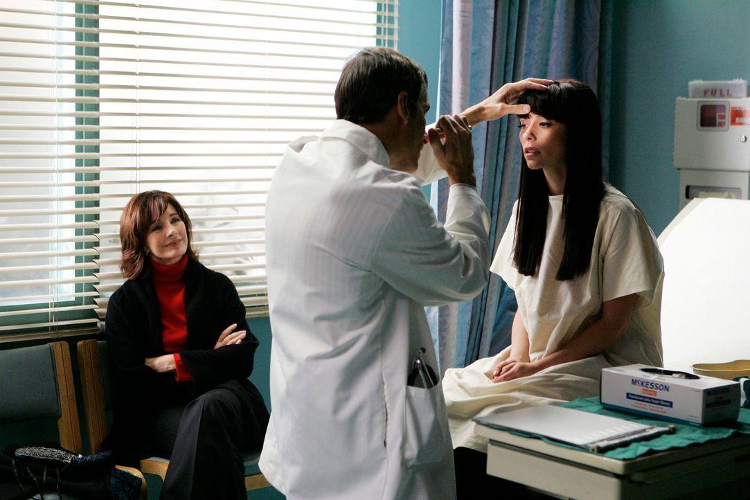 Dr. Epstein (Wayne Pere, M.) untersucht Melinda Gordon (Jennifer Love Hewitt, r.), während ihre Mutter Beth (Anne Archer, l.) sorgvoll daneben sitzt. - Bildquelle: ABC Studios