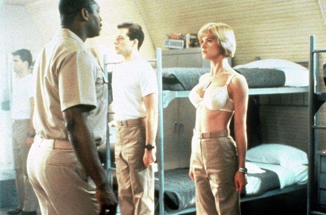 Morgendlicher Drill: Kowalski (Kristy Swanson, r.) fehlt's noch an der passenden Oberbekleidung ... - Bildquelle: The 20th Century Fox Film Corporation