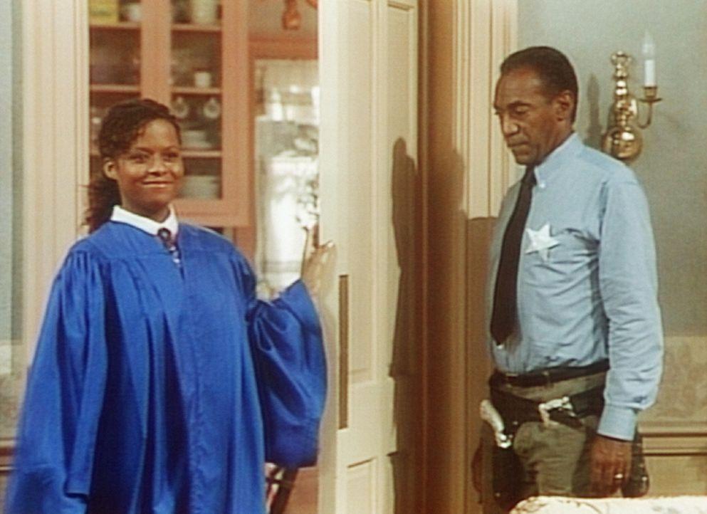 Die ehrenwerte Richterin Vanessa (Tempsett Bledsoe, l.) und der Gerichtsdiener Cliff (Bill Cosby, r.) beim Familiengericht im Hause Huxtable. - Bildquelle: Viacom