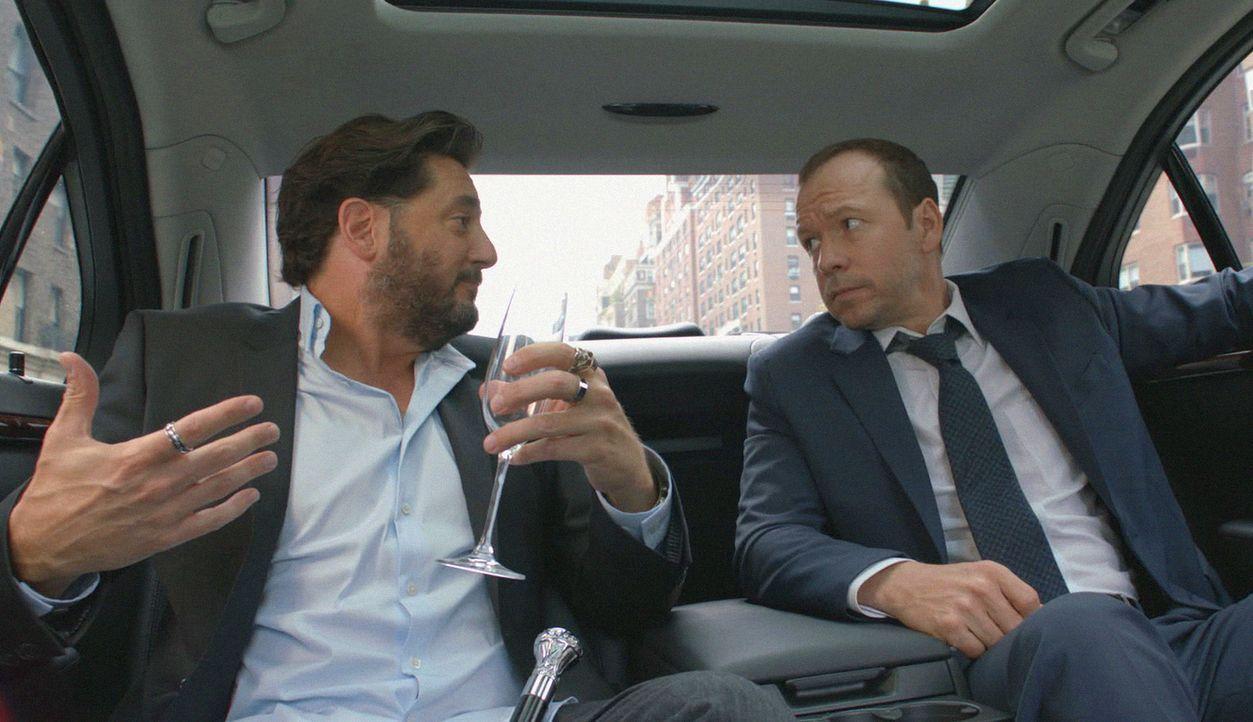 Auch wenn sich Danny (Donnie Wahlberg, r.) nicht mit Vince (Reg Rogers, l.) versteht: Sein Angebot ist schwer, auszuschlagen ... - Bildquelle: 2012 CBS Broadcasting Inc. All Rights Reserved.