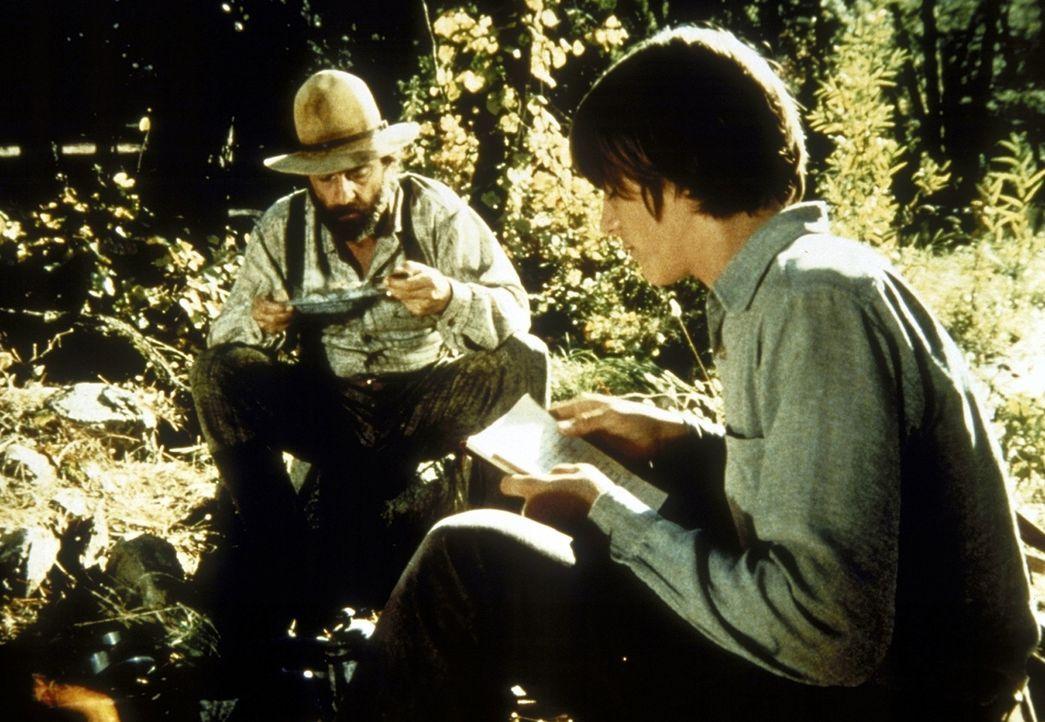 John (Radames Pera, r.) bittet seinen Pflegevater Isaiah Edwards (Victor French, l.), nicht jagen zu müssen. - Bildquelle: Worldvision