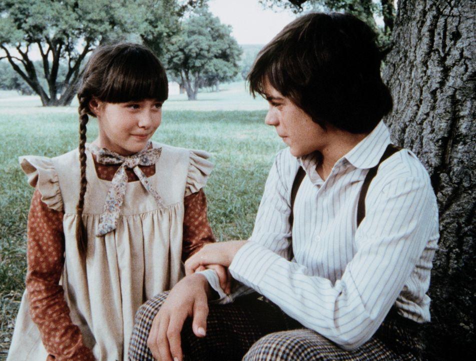 Jenny Wilder (Shannen Doherty, l.) hat sich mit dem stummen Matthew (Jonathan Hall Kovacs, r.) angefreundet. - Bildquelle: Worldvision