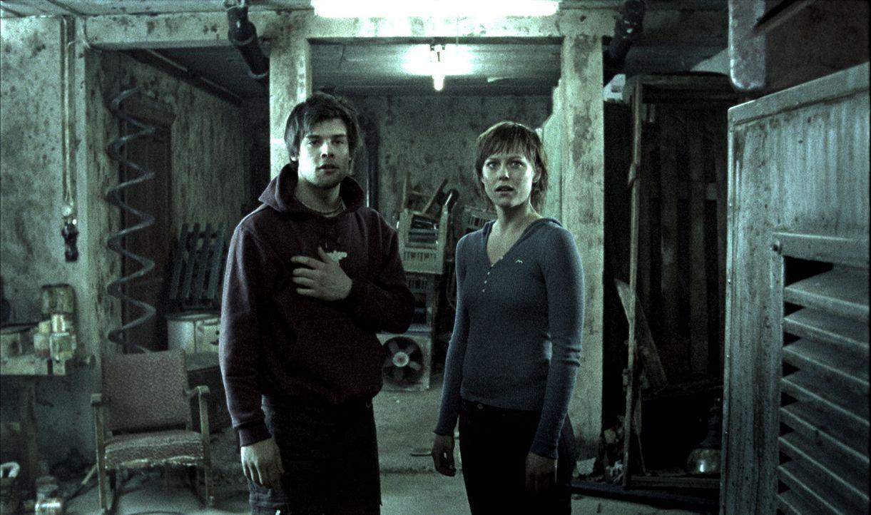 Geraten ins Visier eines mörderischen Psychopathen: Jannicke (Ingrid Bolso Berdal, r.) und Mikal (Endre Martin Midstigen, l.) ... - Bildquelle: Telepool GmbH