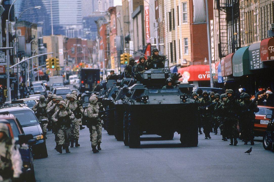 Mit riesigen Geschützen sorgt das Militär in New York für die Durchsetzung des Kriegsrechts und damit für die angebliche Sicherheit amerikanischer B... - Bildquelle: 20th Century Fox International Television
