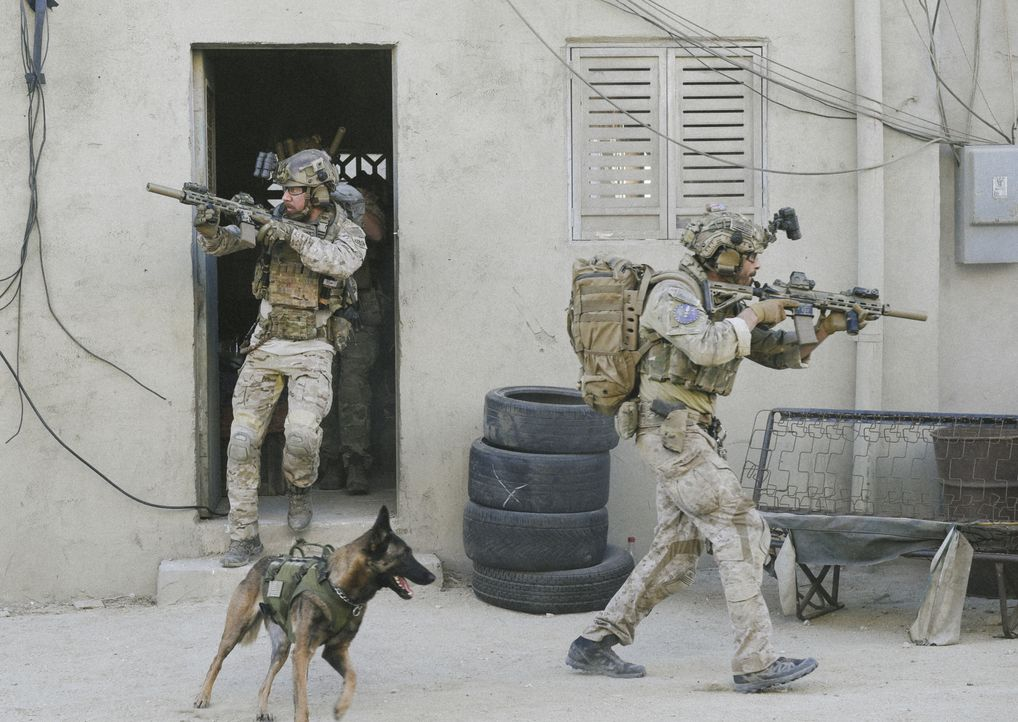 Die Mission, eine abgeschossene Drohe zu bergen, rückt in den Hintergrund, als das SEAL Team (Tyler Grey, l. und Justin Melnick, r.) ihren Kameraden... - Bildquelle: Ron Jaffe CBS   2017 CBS Broadcasting, Inc. All Rights Reserved / Ron Jaffe