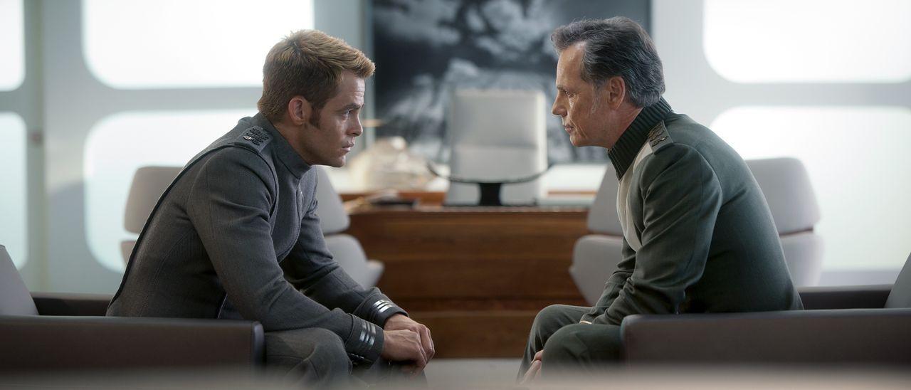 Als Captain Kirk (Chris Pine, l.), um Spock zu retten, die Enterprise vor Bewohnern eines fremden Planeten enttarnen muss, verstößt er gegen die obe... - Bildquelle: Jaimie Trueblood 2013 Paramount Pictures.  All Rights Reserved. / Jaimie Trueblood
