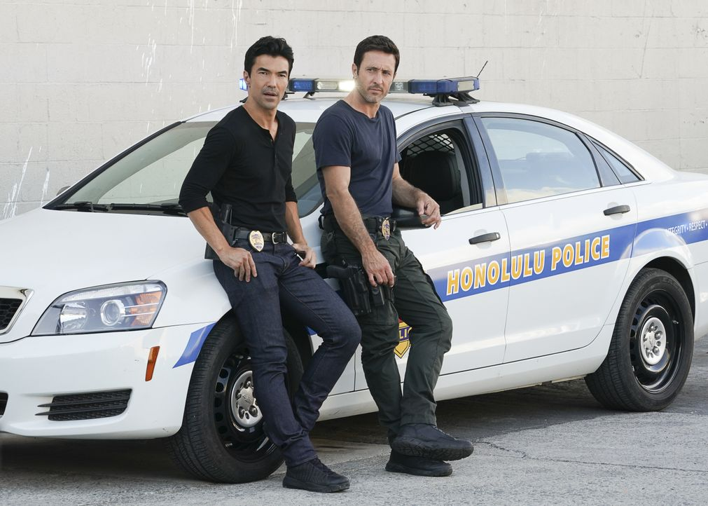 Adam Noshimuri (Ian Anthony Dale, l.); Steve McGarrett (Alex O'Loughlin, r.) - Bildquelle: Karen Neal 2019 CBS Broadcasting, Inc. All Rights Reserved. / Karen Neal
