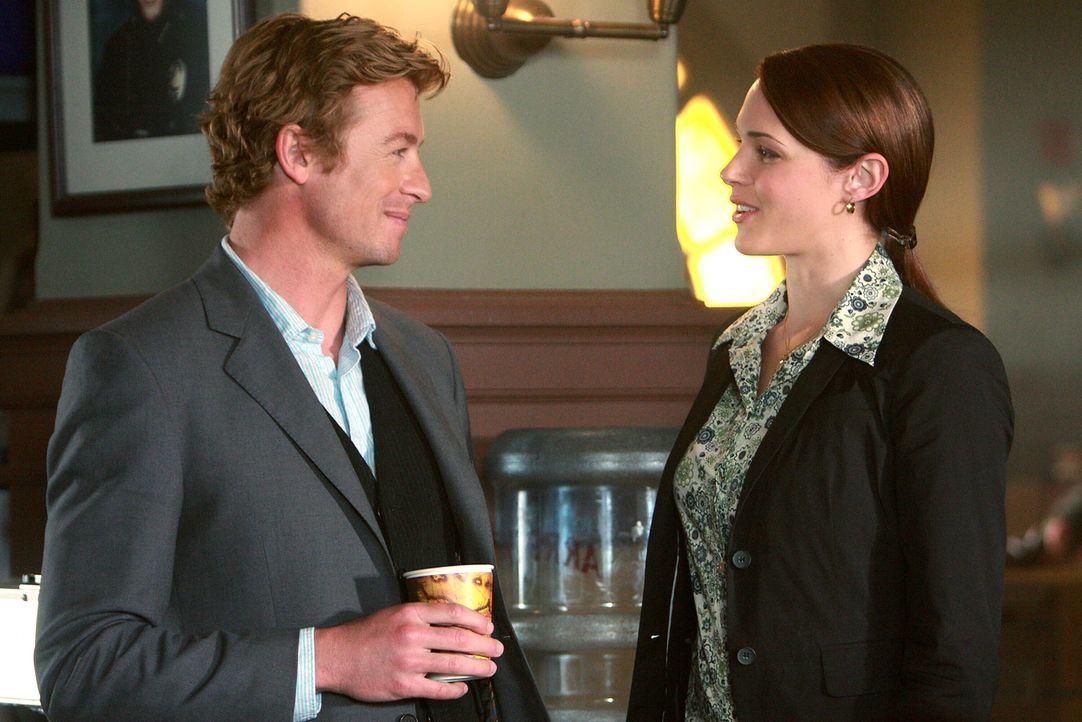 Zwei Ärzte wurden ermordet: Patrick Jane (Simon Baker, l.) und Grace Van Pelt (Amanda Righetti, r.) versuchen gemeinsam mit ihren Kollegen den Täter... - Bildquelle: Warner Bros. Television