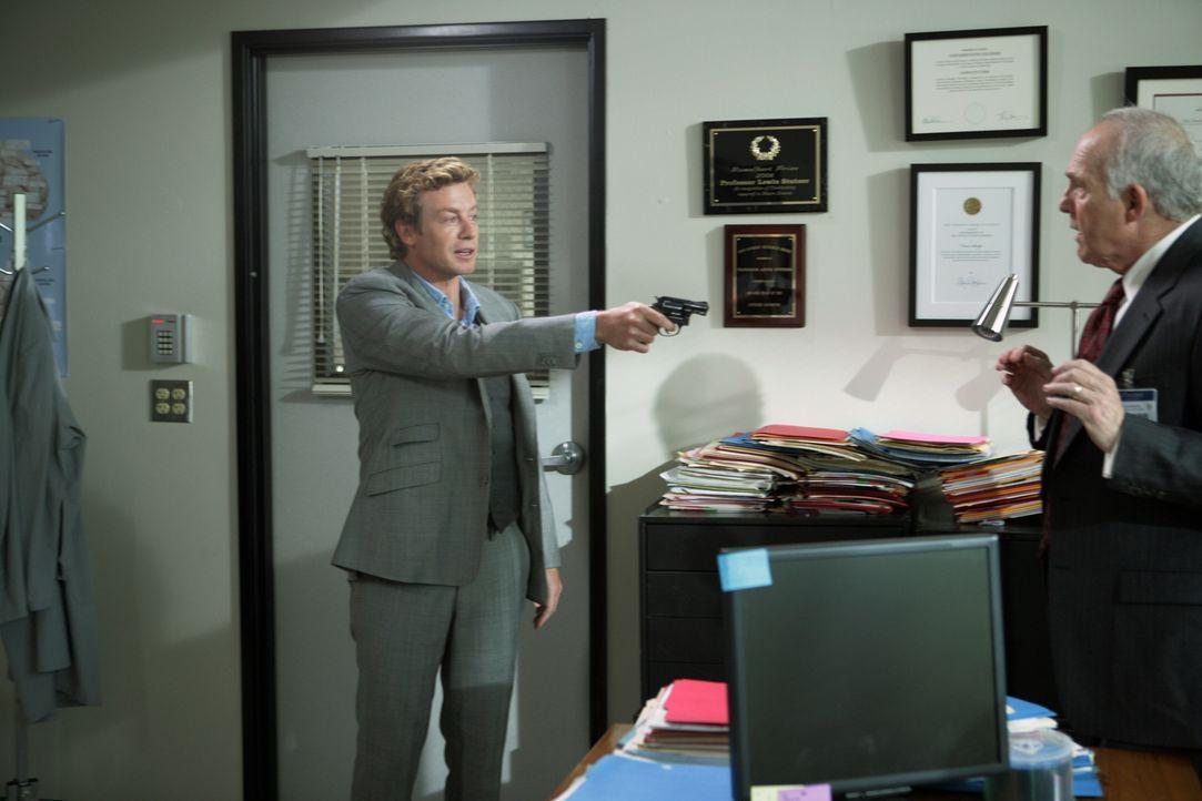 Patrick (Simon Baker, l.) ermittelt in einem neuen Fall und stößt dabei auf Chancellor Stern (Lawrence Pressman, r.). Doch hat er etwas mit dem Mord... - Bildquelle: Warner Bros. Television