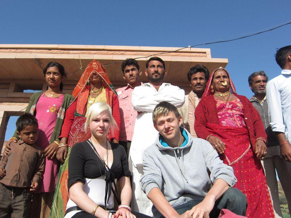 Marlon (vorne r.) und Laura (vorne l.) werden von ihren Eltern nach Indien in das abgelegene Örtchen Rajasthan geschickt. - Bildquelle: kabel eins