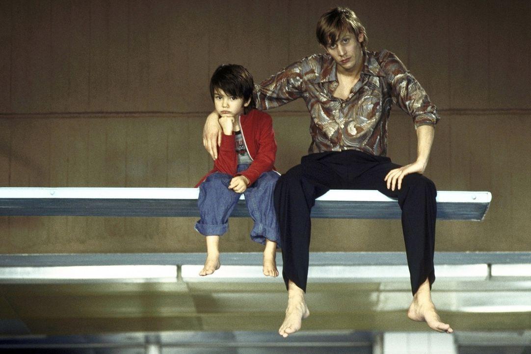 Können sich anfangs nicht leiden: Felix (Martin Glade, r.) und der kleine Paul (Nikita Wokurka, l.) ... - Bildquelle: Kerstin Stelter ProSieben