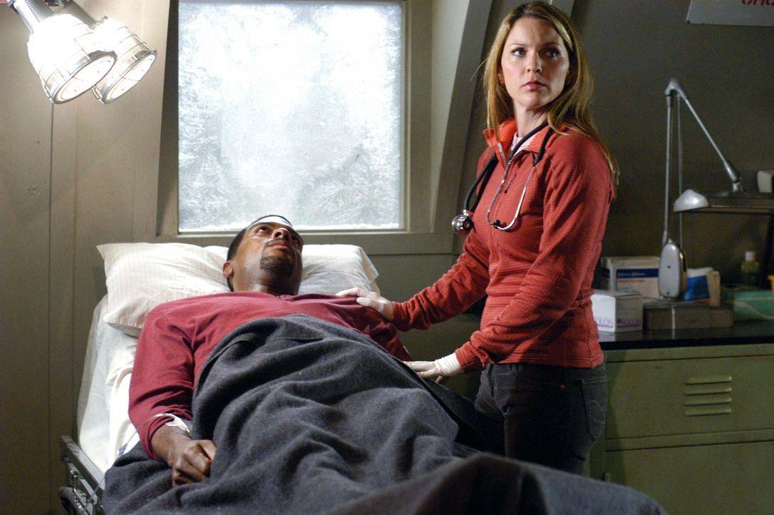 Powell (Troy Winbush, l.) hat sich mit dem Virus angesteckt, wegen dem das Team in die Arktis gerufen wurde. Natalie (Kelli Williams, r.) macht sich... - Bildquelle: CBS Television