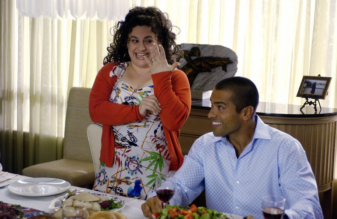 Als Becca (Marissa Jaret Winokur, l.) von dem Schönheitswettbewerb erfährt, beschließt sie, daran teilzunehmen. Ihr Verlobter Adam (Mark Consuelo... - Bildquelle: Walt Disney Studios