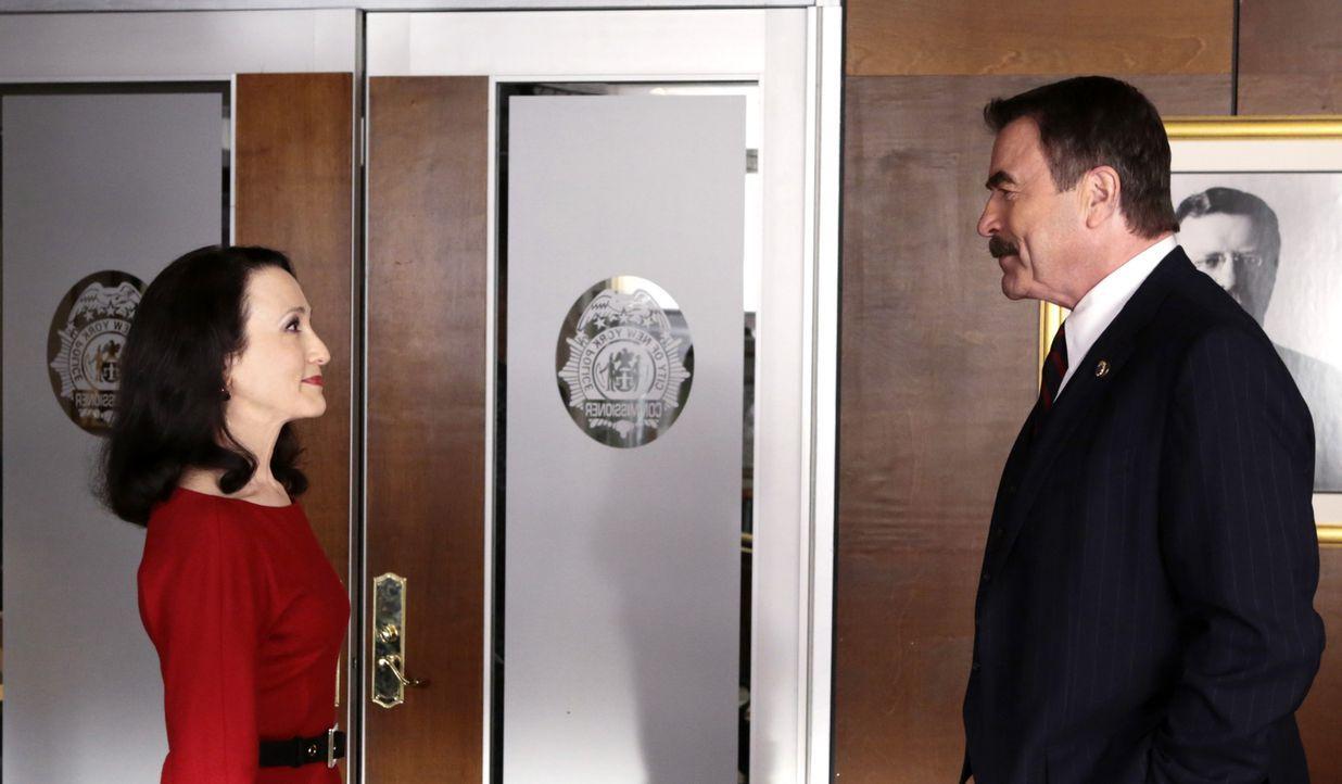 Während Danny und Maria in einem Fall ermitteln, muss sich Frank (Tom Selleck, r.) sehr zu seinem Leidwesen mit der neuen Generalinspektorin Kelly P... - Bildquelle: 2013 CBS Broadcasting Inc. All Rights Reserved.