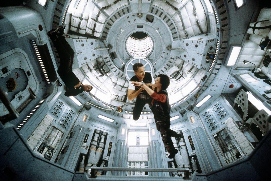 Von dem Reiz der Schwerelosigkeit lassen sich Commander Woody Blake (Tim Robbins) und seine Frau Terri (Connie Nielsen, M.) zu einem Tänzchen verf - Bildquelle: Touchstone Pictures