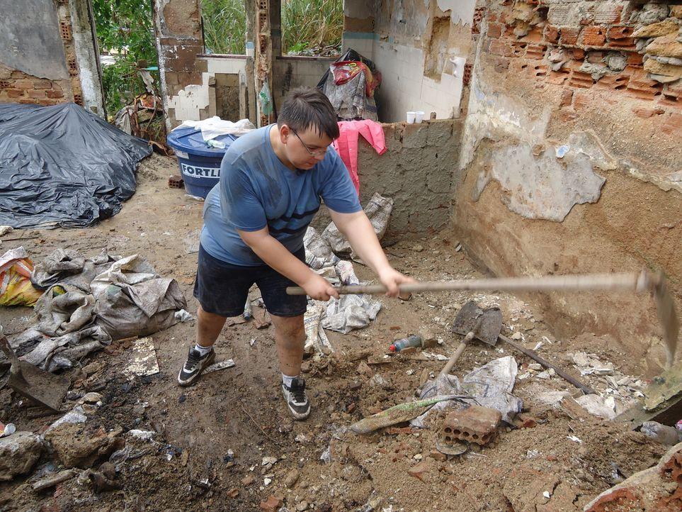 In einem Armenviertel in Rio de Janeiro muss der schwererziehbare Teenager Jason mal richtig mitanpacken ... - Bildquelle: kabel eins