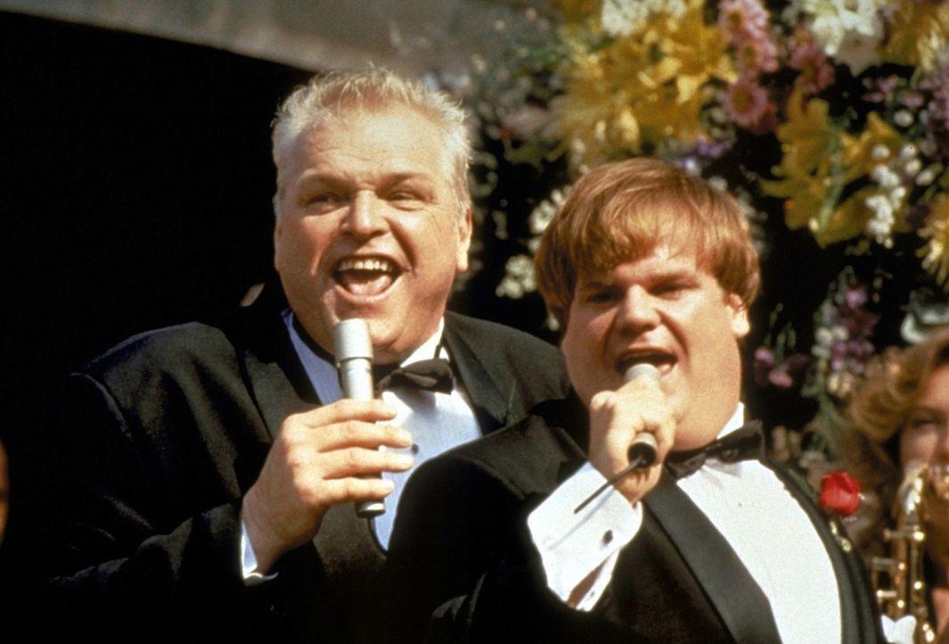 Den mühsam errungenen Collegeabschluß von Tommy Boy (Chris Farley, r.) feiert der stolze Vater Big Tom (Brian Dennehy, l.) mit einem rauschenden F... - Bildquelle: Paramount Pictures