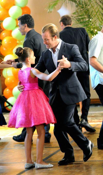 Ein gelungener Vater-Tochter-Tanzabend: Danny (Scott Caan, r.) und Grace (Teilor Grubbs, l.) ... - Bildquelle: 2012 CBS Broadcasting, Inc. All Rights Reserved.