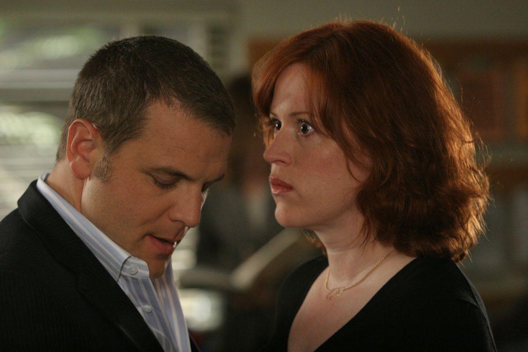 Die blinde Kathleen Walsh (Molly Ringwald, r.) erzählt Lee Scanlon (David Cubitt, l.), dass sie in ihrer eigenen Wohnung von einem Mann belästigt wi... - Bildquelle: Paramount Network Television